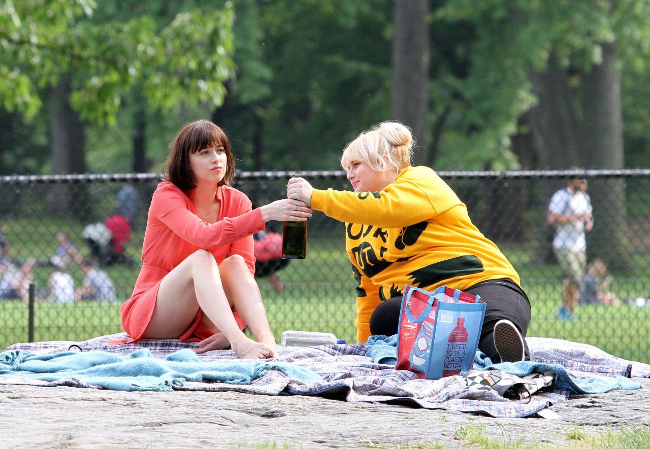 dakota-johnson-how-to-be-single-movie-set-in-new-york-city-may-2015_11-1